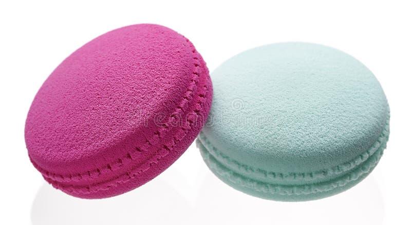 As esponjas para aplicar e emplumar-se a composição sob a forma dos macarons endurecem fotos de stock