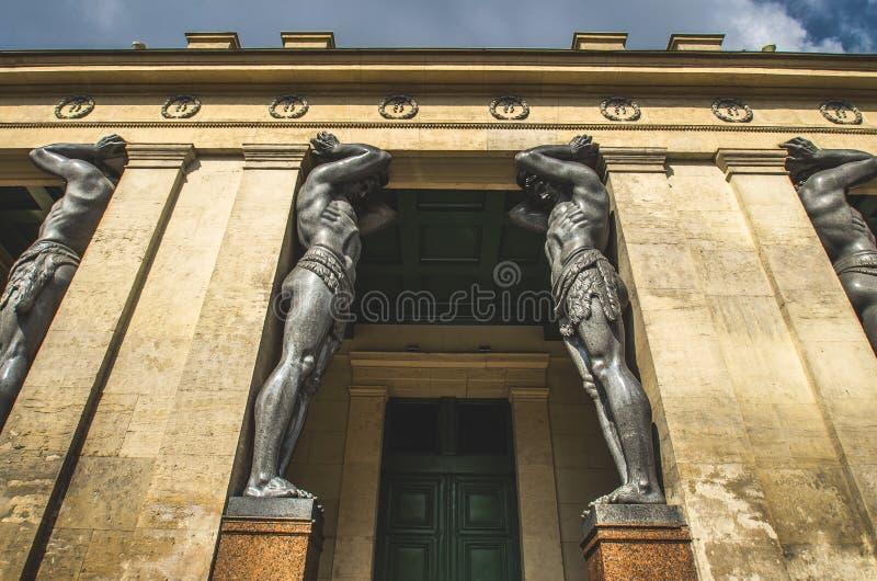 As estátuas antigas de Atlantes em St Petersburg imagem de stock royalty free