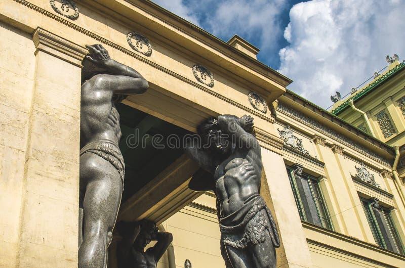 As estátuas antigas de Atlantes em St Petersburg imagens de stock royalty free