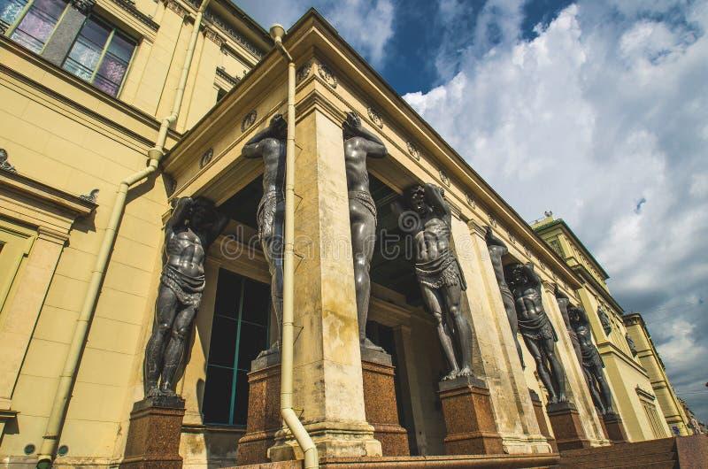 As estátuas antigas de Atlantes em St Petersburg fotografia de stock