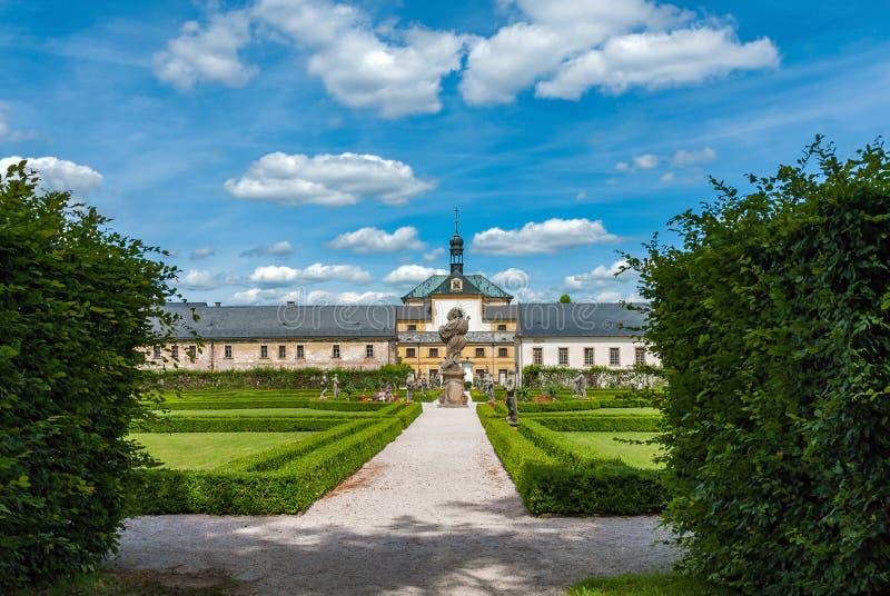 As estátuas barrocos da igreja do jardim indicam o hospital Kuks do castelo imagens de stock royalty free