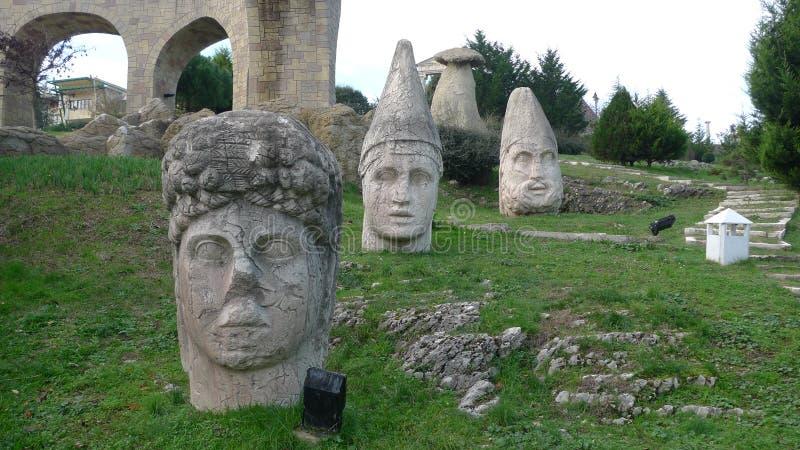 As estátuas de Nemrut que descrevem o hotel em antalya, este hotel são esculturas do betume disponíveis em todas as áreas gramíne fotos de stock royalty free