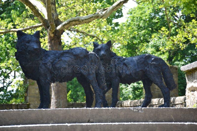 As estátuas de wolfs perto da igreja de Neuchatel em Suíça imagens de stock