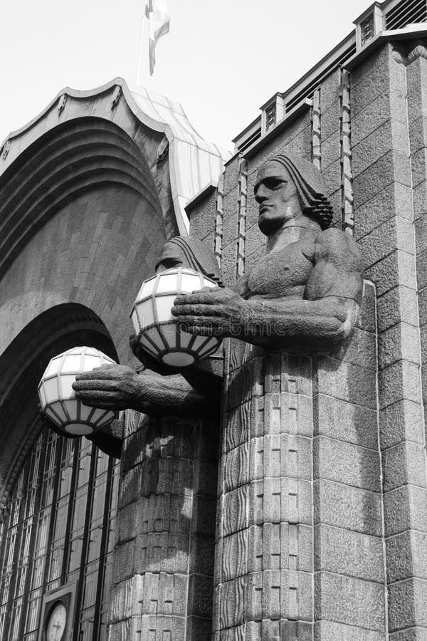 As estátuas decoram a estação de trem principal, Helsínquia foto de stock