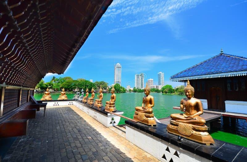 As estátuas do templo de Seema Malakaya At The Gangarama em Sri Lanka imagens de stock