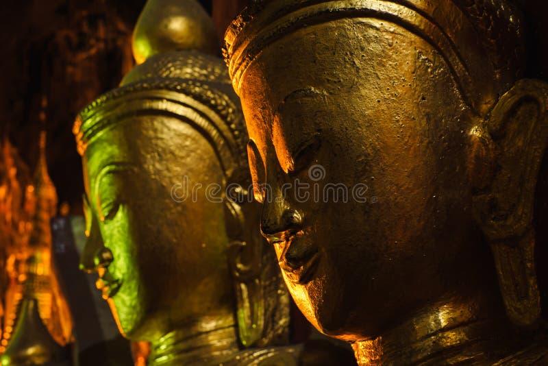 As estátuas douradas da Buda em Pindaya cavam, Myanmar imagem de stock royalty free