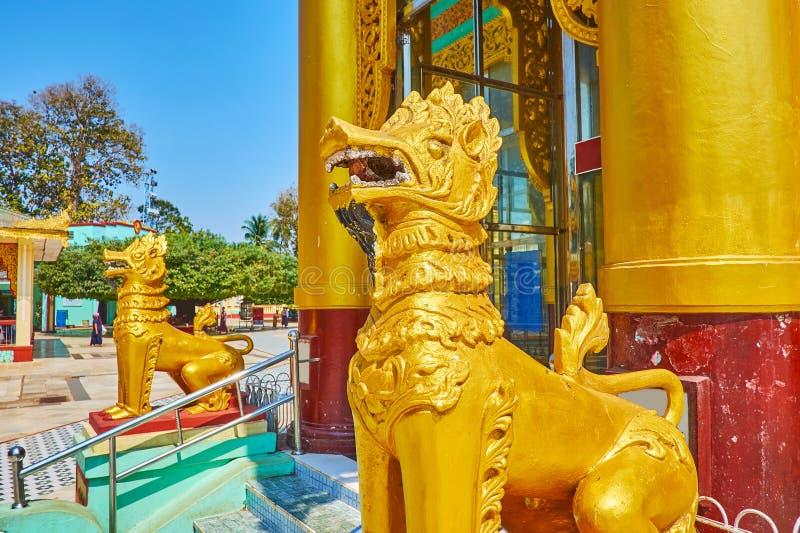 As estátuas douradas do chinthe em Shwemawdaw Paya, Bago, Myanmar imagem de stock