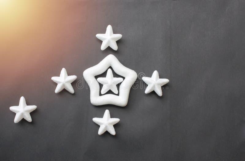 As estrelas brancas são colocadas em um fundo preto para ideias do negócio imagens de stock royalty free