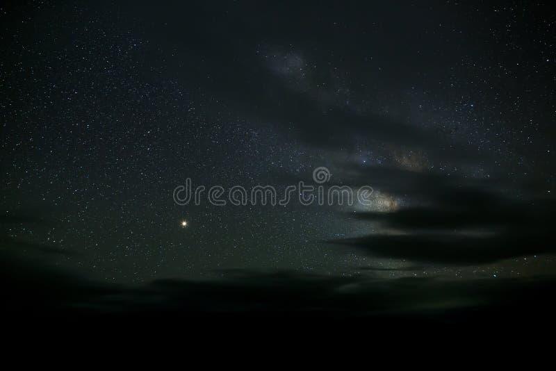 As estrelas da Via Látea na noite no céu fotos de stock royalty free