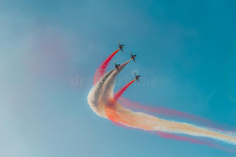 As estrelas turcas são a equipe aerobatic da demonstração da força aérea turca foto de stock