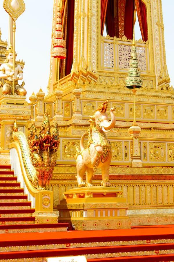 As estruturas suplementares do elefante e da serpente em torno do crematório real em Tailândia no 4 de novembro de 2017 imagens de stock royalty free