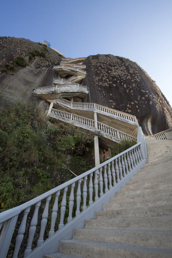 As etapas íngremes que aumentam Guatape balançam, o EL Penol de Piedra, Colombi imagem de stock