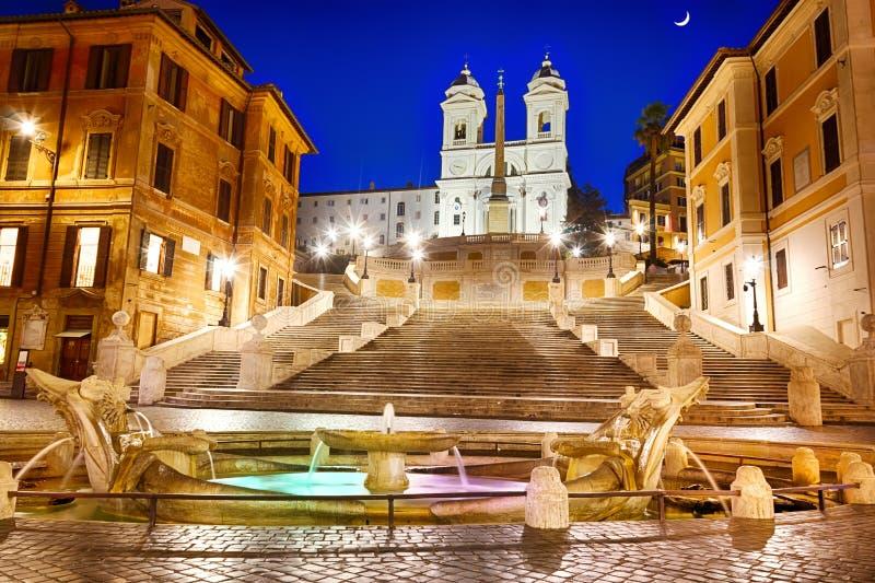 As etapas do espanhol e o della Barcaccia de Fontana em Praça di Spagna em Roma na noite fotografia de stock royalty free