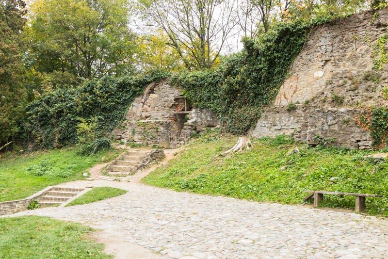 As etapas que conduzem à passagem na fortaleza muram próximo à igreja do negócio São Nicolau no castelo na cidade velha Sighiso fotos de stock