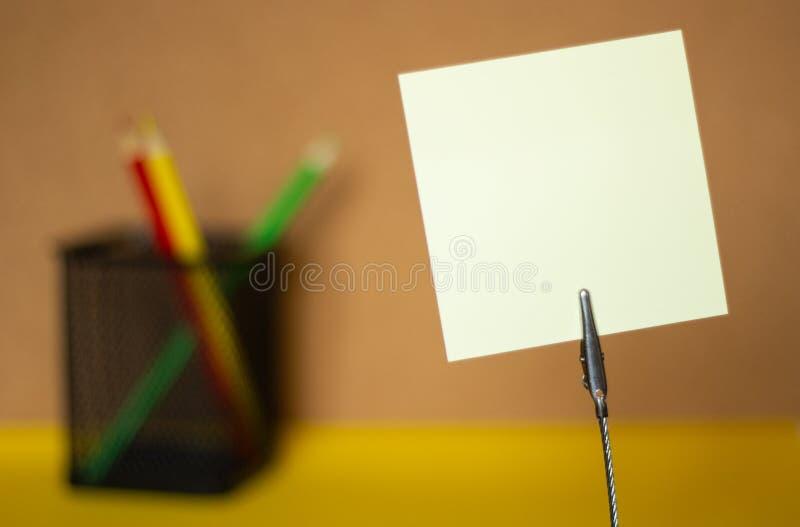 As etiquetas e os lápis coloridos em uma cortiça obscura embarcam o fundo, copiam o espaço foto de stock royalty free