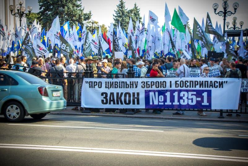 As exigências dos povos protestar em Kiev em 31 08 2015 foto de stock