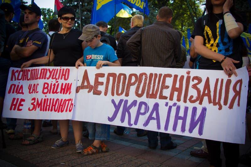 As exigências dos povos protestar em Kiev em 31 08 2015 fotografia de stock