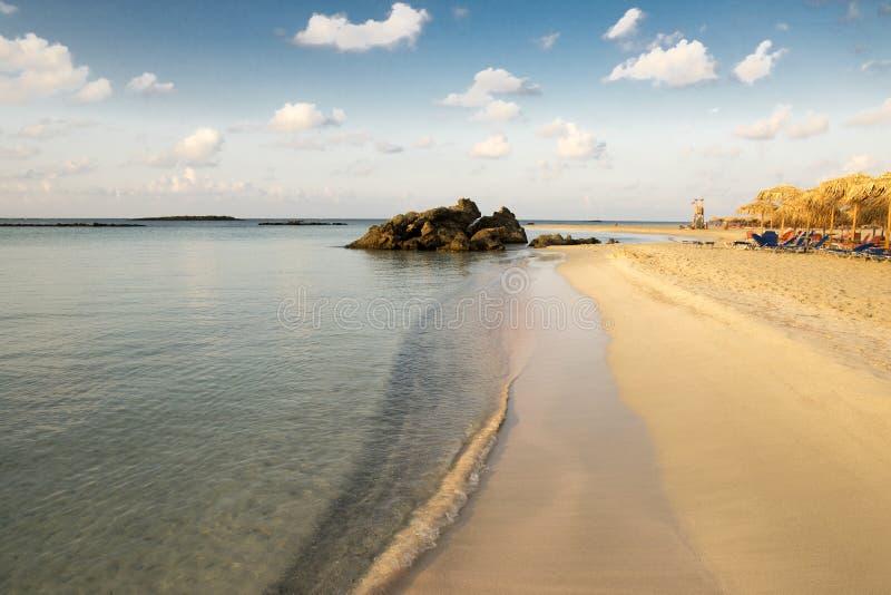 As férias de verão em Elafonisi encalham, canto do sudoeste da Creta grega da ilha imagem de stock