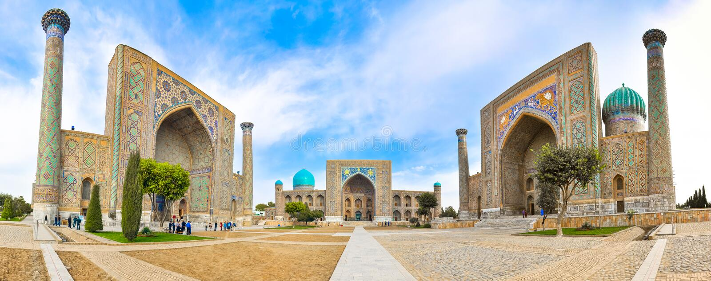 As fachadas dos três madrasahs em Registan esquadram em Samarkand foto de stock royalty free