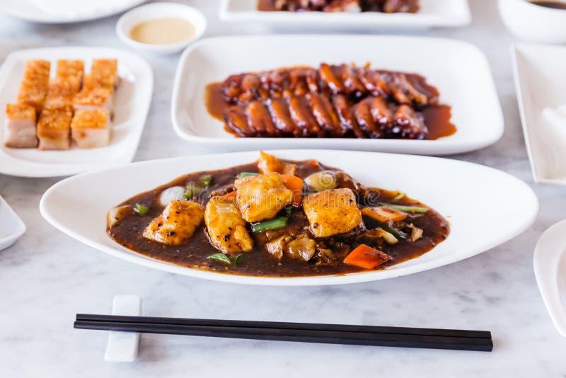 As faixas fritadas da caranga agitam fritado com pimenta preta, cebola, pimenta de sino, cenoura e molho de XO com carne de porco fotos de stock