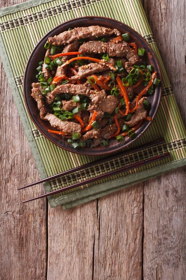 As fatias da carne de Bulgogi do asiático fritaram com sésamo em uma placa vertical fotos de stock royalty free