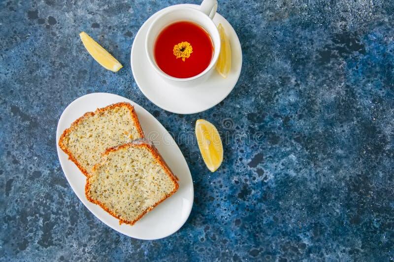 As fatias de semente de papoila caseiro do limão endurecem servido em uma placa branca fotografia de stock