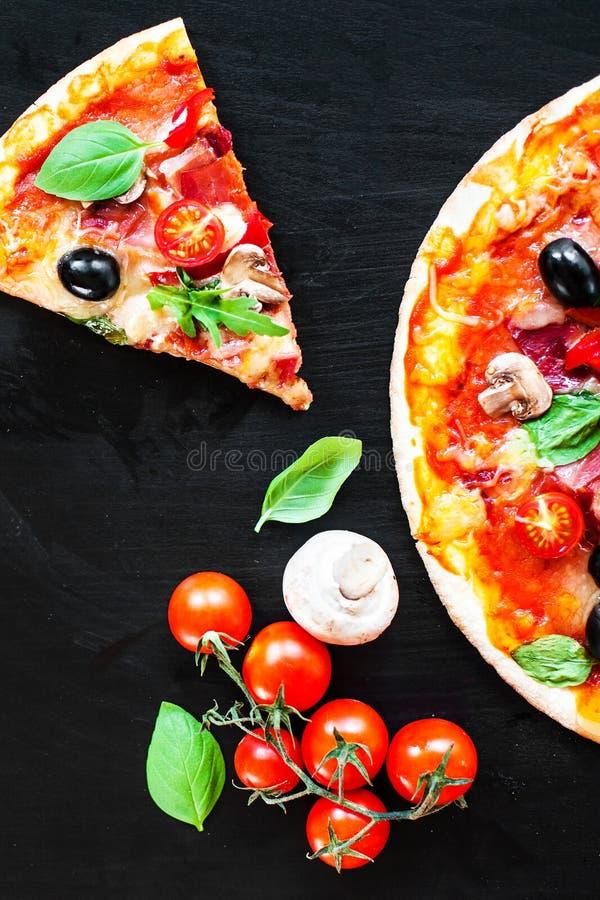 As fatias italianas da pizza com queijo e azeitonas de derretimento serviram na fotografia de stock royalty free
