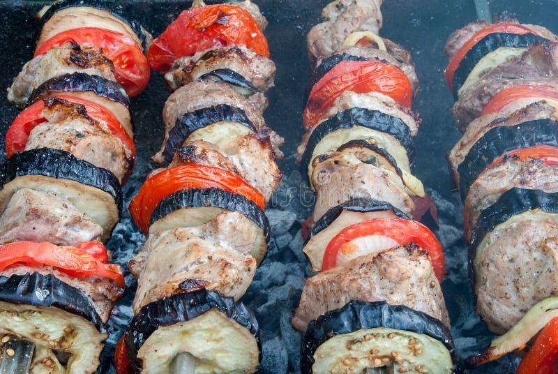 As fatias suculentas de carne com molho preparam-se no no espeto do fogo foto de stock