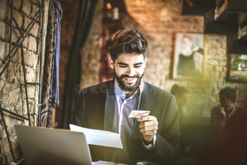 As faturas pagamento em linha são grandes Homem de negócio novo na ruptura de café imagens de stock royalty free