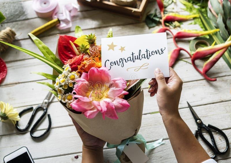 As felicitações cardam com ramalhete da flor foto de stock