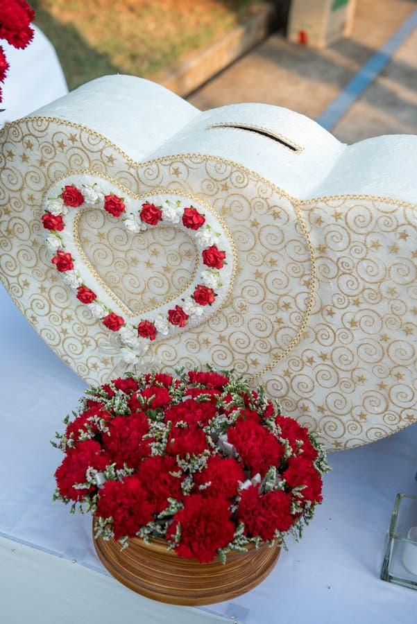 As felicitações dos recém-casados e a caixa de presentes bonita do casamento para convidados no copo de água fotos de stock royalty free