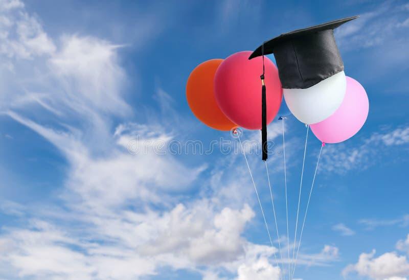 as felicitações graduam-se sobre balões com backg do céu azul fotografia de stock