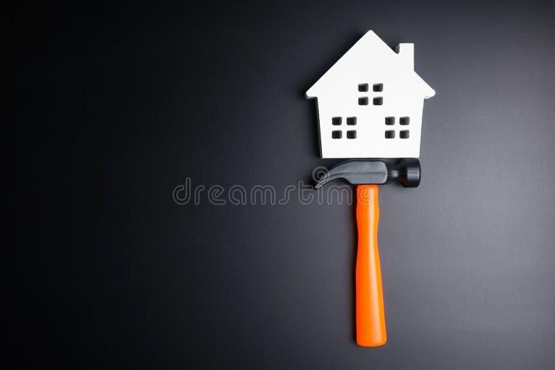 As ferramentas brancas de madeira da casa e da construção brincam no backgroun preto foto de stock royalty free