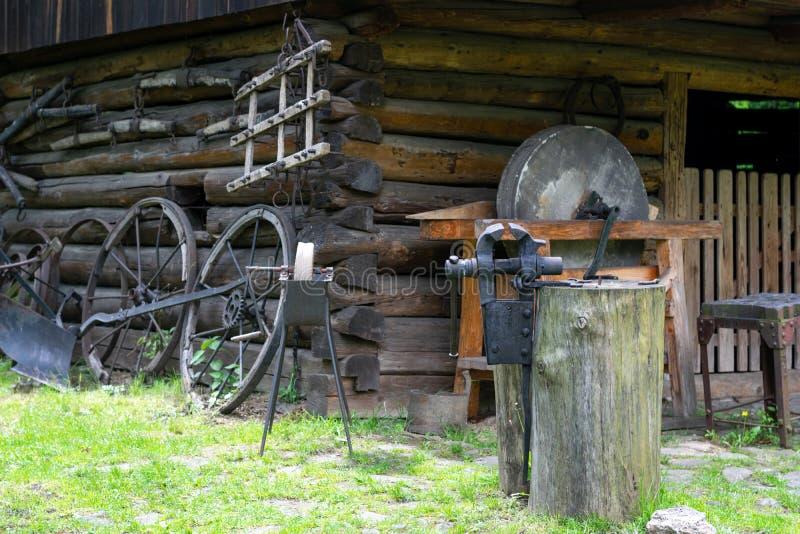 As ferramentas do ferreiro em uma forja velha fotografia de stock