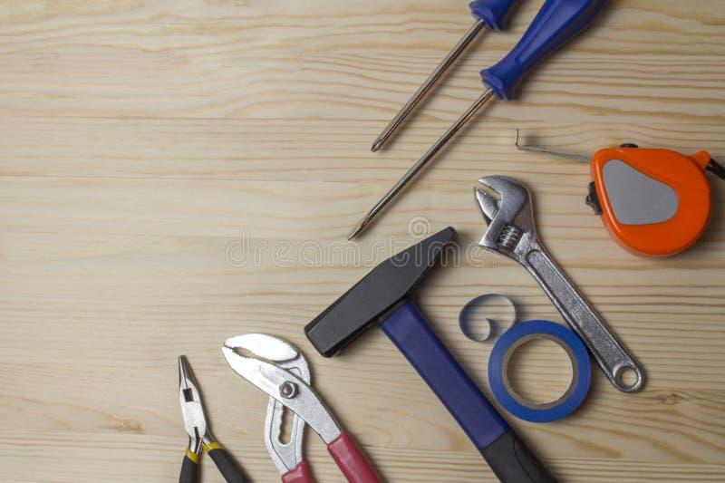 As ferramentas do reparo martelam a fita métrica da chave da fita adesiva da chave de fenda Um grupo de ferramentas para reparar  fotos de stock royalty free