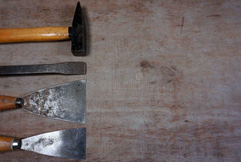As ferramentas do trabalhador manual martelam, cinzelam, espátula do metal em um worktable de madeira com espaço de trabalho para fotos de stock royalty free