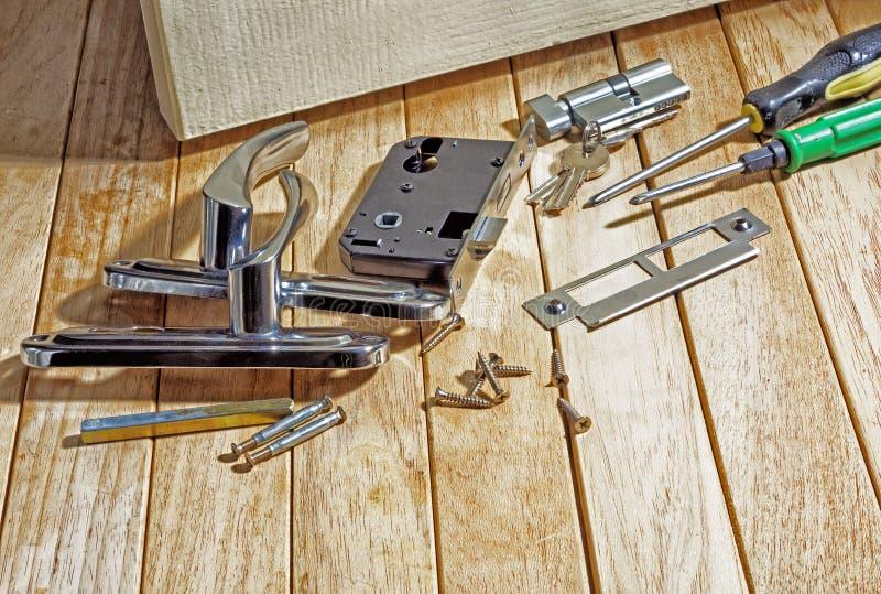 As ferramentas e entalham um encaixe no fechamento antes de instalar a porta fotografia de stock royalty free