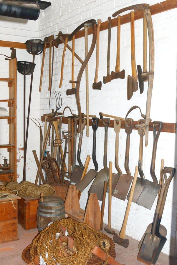 As ferramentas foram usadas no rebitamento do forte pelos soldados que mantêm o forte em condições prontas da batalha fotos de stock