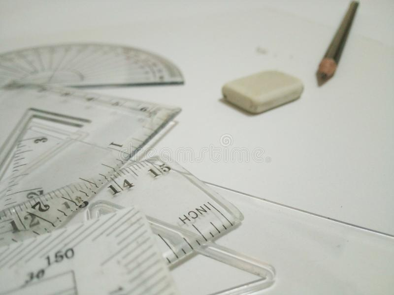As ferramentas, o eliminador e o lápis de esboço estão no fundo branco fotografia de stock