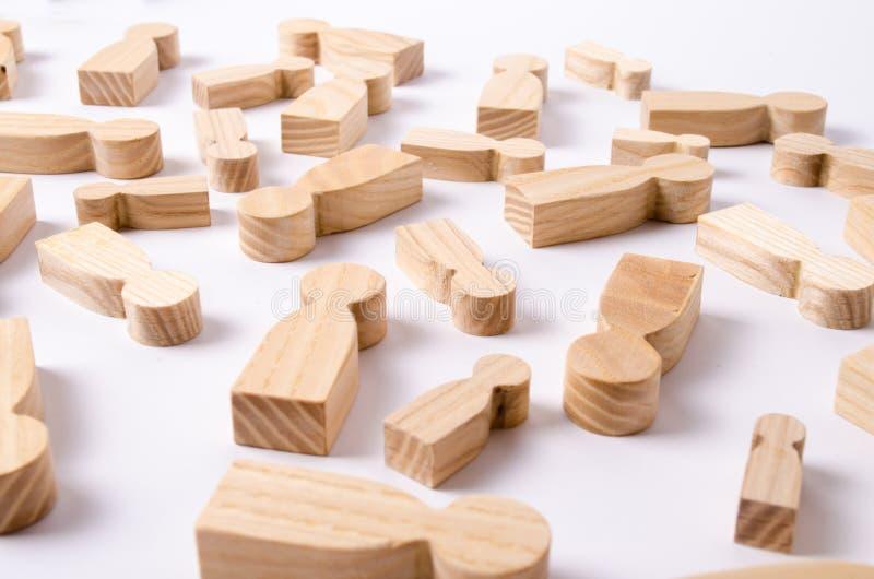 As figuras de madeira dos povos estão encontrando-se em um fundo branco O conceito da gestão de recursos humanos headhunters foto de stock