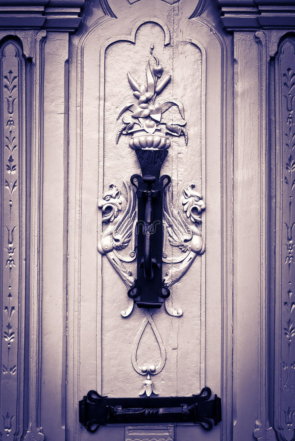 Download As Figuras Místicos Cinzelaram A Porta, Com Aldrava, Preto & Branco Imagem de Stock - Imagem de porta, antique: 29828327