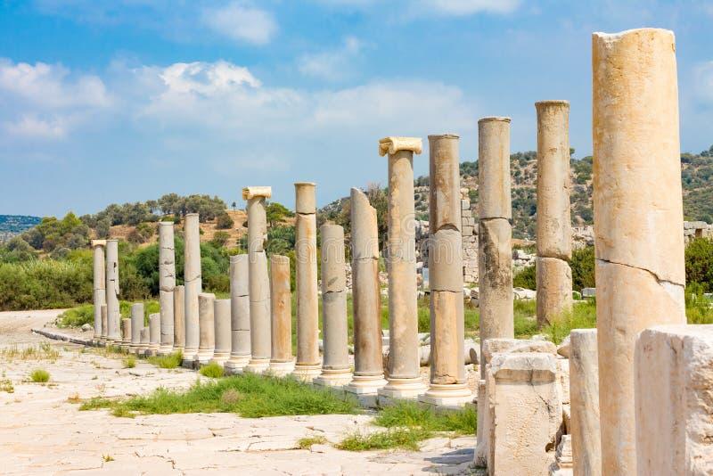 As fileiras das colunas da ágora mostram a riqueza da cidade antiga Patara fotografia de stock