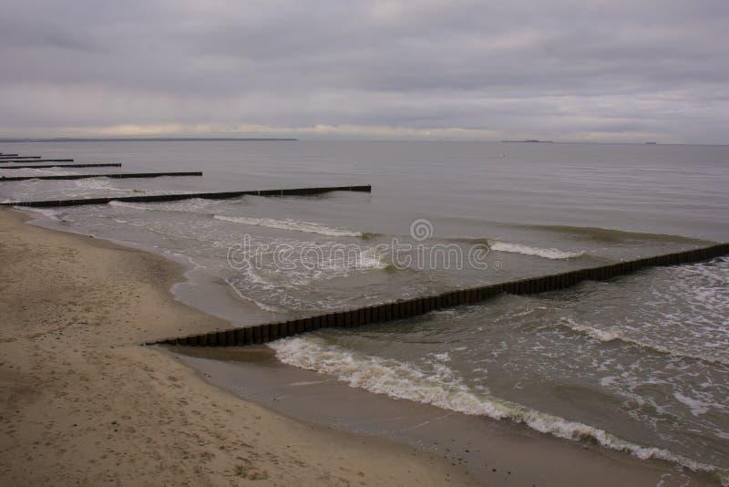 As fileiras de entram o mar foto de stock