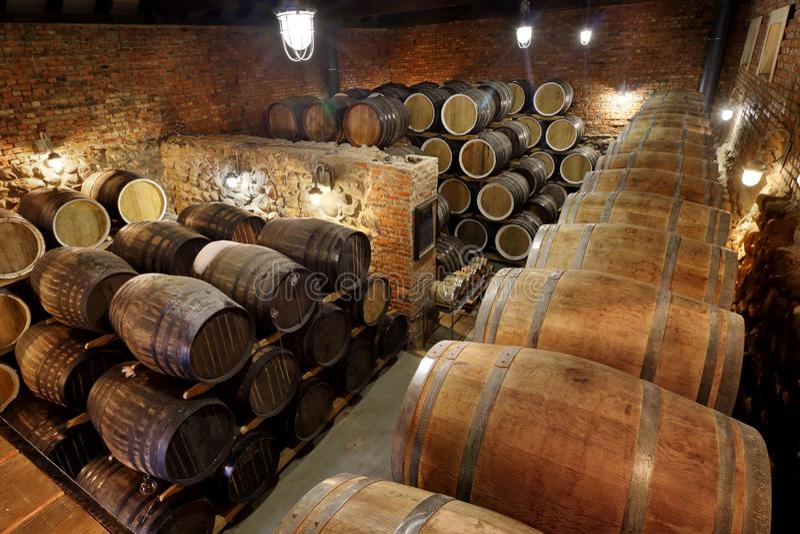 As fileiras de tambores alcoólicos são mantidas no estoque distillery Conhaque, u?sque, vinho, aguardente Álcool nos tambores, ál foto de stock