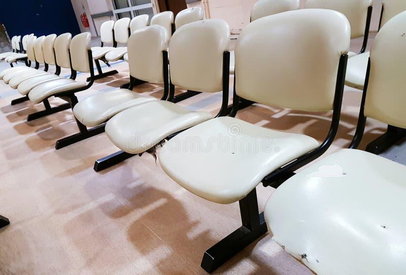 Download As Fileiras Vazias Do Assento Bench Na área De Espera Pública Foto de Stock - Imagem de público, indústria: 80102186