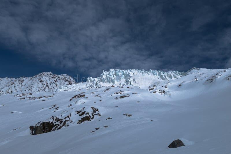 As fissuras dos seracs da geleira iluminadas pelo sol no inverno nevado aterram imagem de stock royalty free
