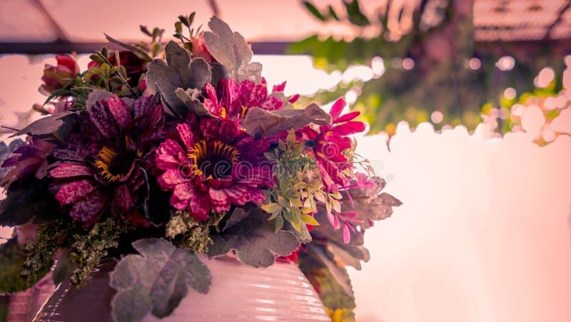 As flores clássicas no vaso, Gerbera florescem imagens de stock royalty free