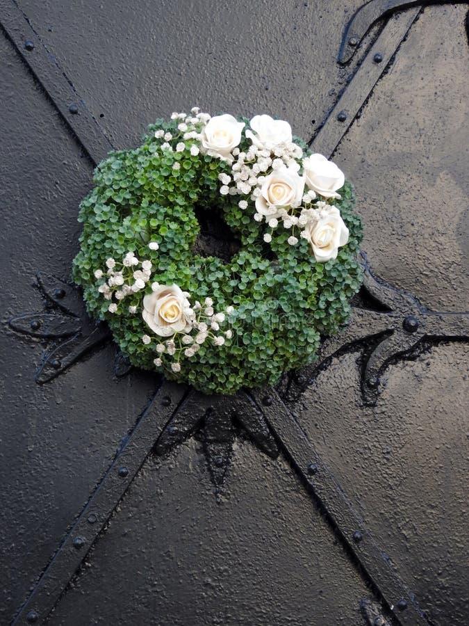 As flores coroam na porta metálica velha, Letónia imagem de stock royalty free