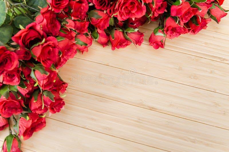 As flores da rosa arranjaram com copyspace para seu texto imagens de stock royalty free