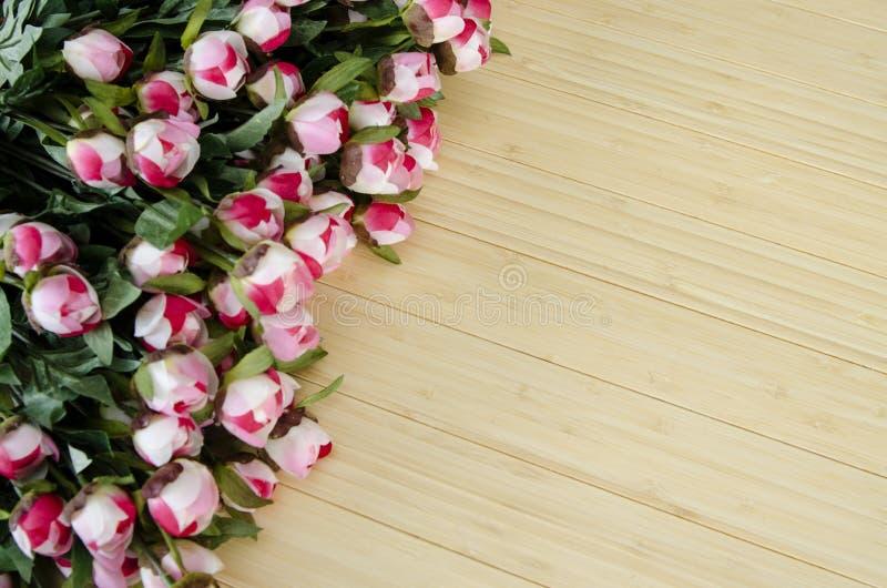 As flores da rosa arranjaram com copyspace para seu texto fotografia de stock royalty free